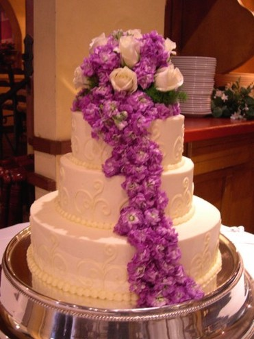 Cake Pictures Big : picture of big wedding cake iwth a lot of flowers
