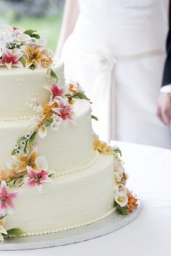 Photos wedding cake with colorful fresh flowers