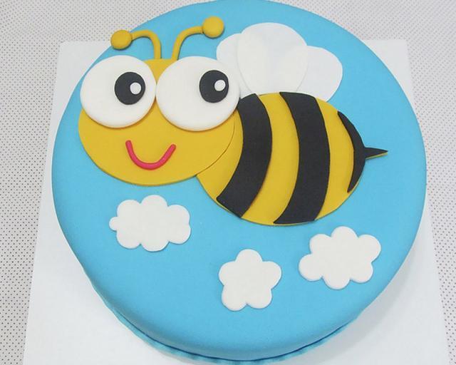 Flying Bee In Blue Sky Round Cake Jpg Hi Res 720p Hd