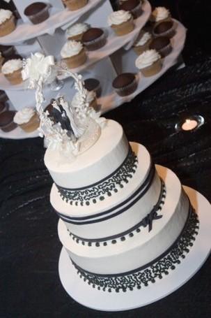 white and black wedding cake_modern look wedding cake