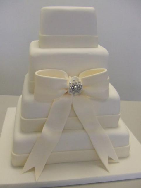 how much does a 5 tier wedding cake weight white four tier wedding cake with ivory bow jpg 1 15448