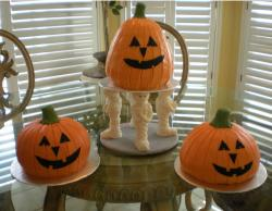 Pumpkin halloween cakes with mummy stand.JPG