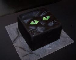 Square black cat halloween cake with big green eyes.JPG