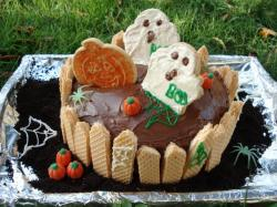Halloween Cake with ghosts topper.JPG