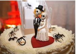 halloween wedding cakes with spiders.JPG