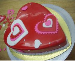 Trendy and chic valentines day cake in heart shape.JPG