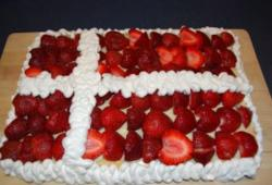 Fødselsdag kage_Danish flag shaped birthday cake with whimped cream and fresh strawberries.JPG