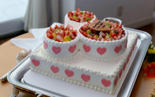 wedding cake with fruit on top white square wedding cake with mini cakes on top 26899