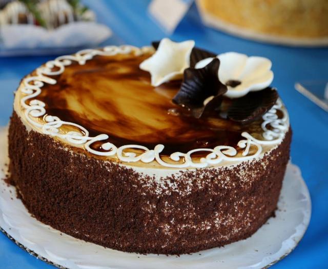 Images Of Round Chocolate Cake : Round Chocolate Caramel Cake with Sea Shells.JPG Hi-Res ...