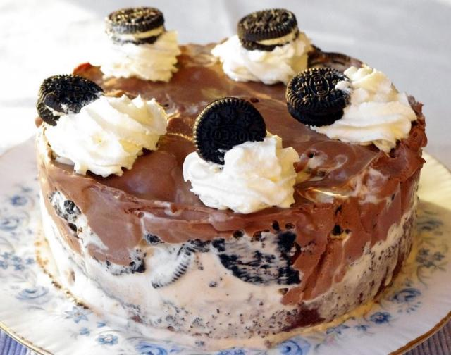 Round chocolate ice cream cake decorate with oreos.JPG