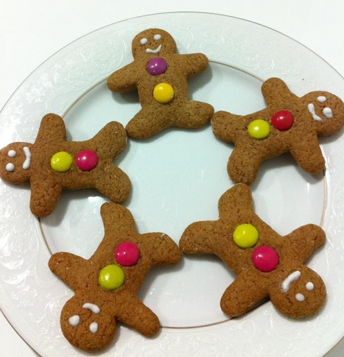 Small gingerbread men with m&m.PNG