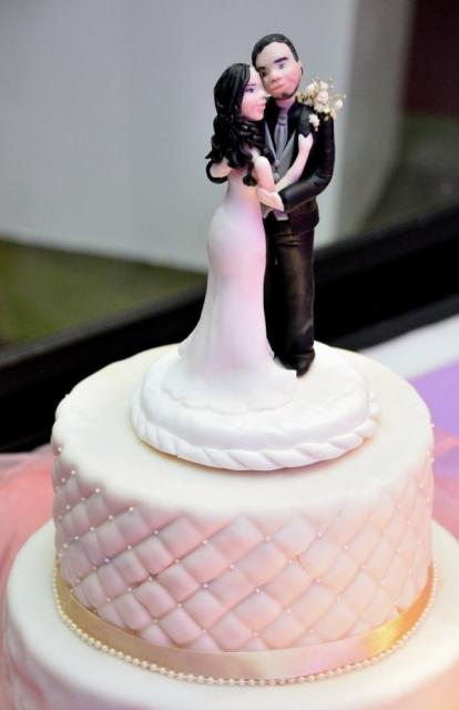 1 Tier Elegant Wedding Cake With Detailed Bride U0026 Groom Topper.
