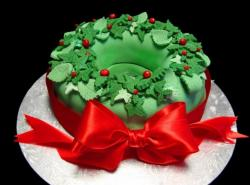 Christmas wreath cake in green with big red bow.JPG