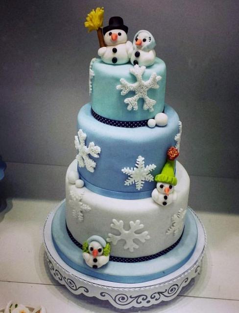 Cute Christmas Theme Wedding Cake with Snowman Bride Groom Topper ...
