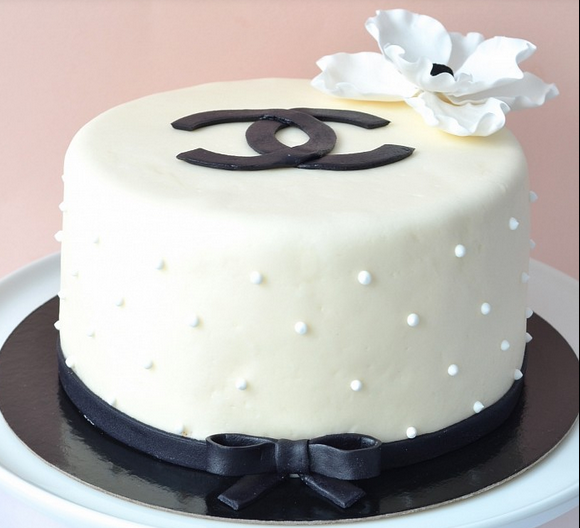 Round White and black cake with large cake flower in white with black center.PNG