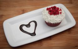 Cheap valentines day cake ideas with cupcake with chocolate sauce heart shape.JPG