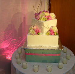 Romantic square wedding cake with fresh flowers.PNG