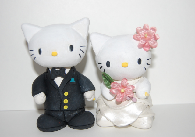 Hello Kitty Wedding Cake Topper with big flowers.PNG