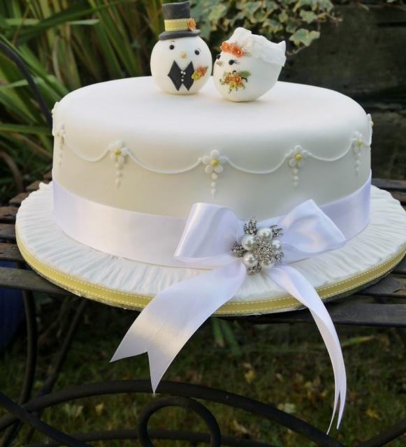 1 Tier Round White Wedding Cake Cute Egg Bride Groom