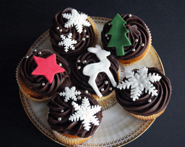 Chocolate Cake Christmas Design : Chic looking holiday cupcakes for Christmas_Dark chocolate ...