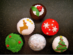 Trendy looking Christmas cupcakes with beautiful cupcake deor.PNG