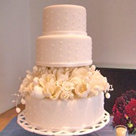 fashion cream wedding cake with beautiful flowers picture