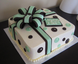 Chic engagement cake as a gift box with bow.PNG