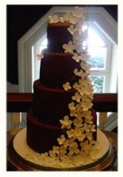 Chocolate wedding cake with lots of small flowers_dramatic trendy wedding cake