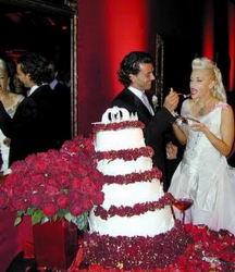 Gwen Stefani wedding cake with black magic roses images.PNG