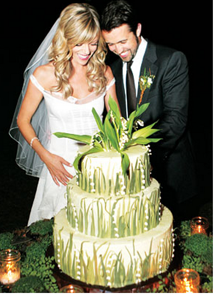Kaitlin Olson & Rob McElhenney wedding green cake pics.PNG