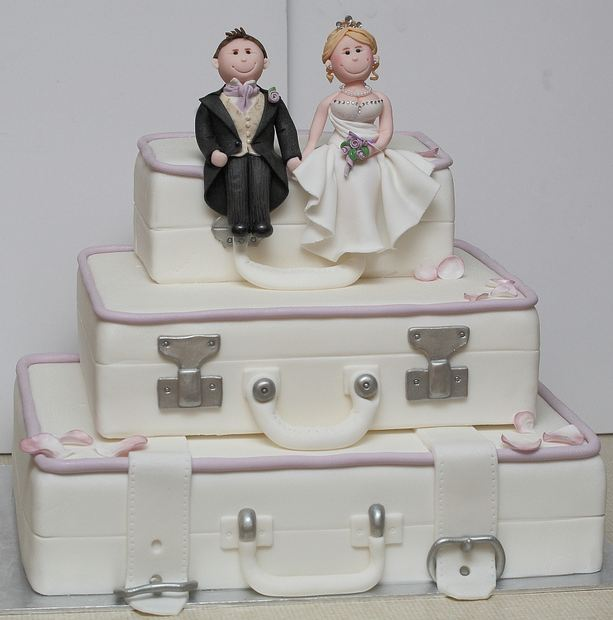 how much does a 3 tier wedding cake cost 3 tier suitcase theme wedding cake with groom and 15443