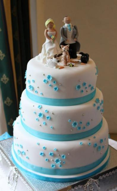 pictures of blue and white wedding cakes three tier white wedding cake with blue bands and 18393