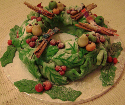 A pretty Christmas wreath cake picture.PNG