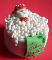 Santa in a bubble bath Christmas mini cake.JPG