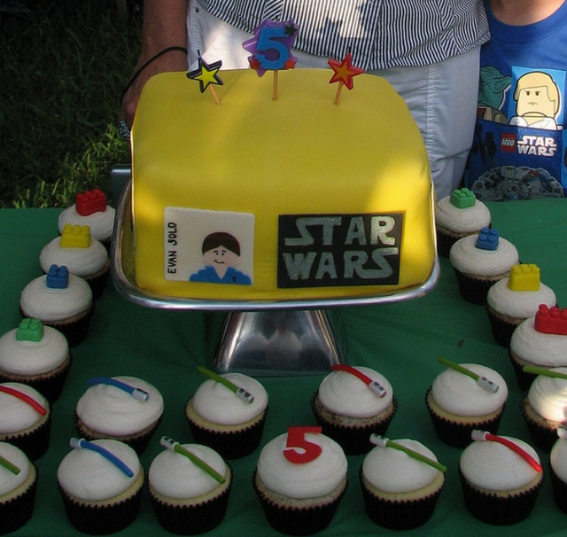 star wars cake designs with cupcakes.PNG