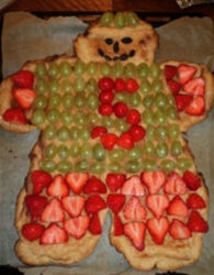 Picture of Danish kagemand with strawberries and grapes_danish kagemand with fruits.PNG