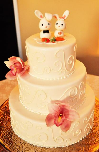 pictures of two tier wedding cakes ivory 3 tier wedding cake with two bunnies as toppers jpg 18449