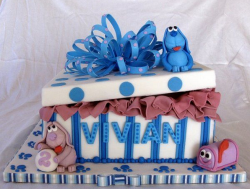Gift box shape cake with Blues Clues theme.PNG